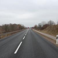 Fahrtrichtung Schwerin. Zur Zeit gelten 70 km/h auf der Umgehungsstraße Brüel. Grund dafür ist die fehlende Fahrbahnmarkierung. Die Ränder der Bundesstraße sind noch nicht markiert. Prompt wird gemessen.