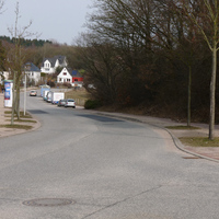 Blick von der Einmündung Kreisauer Ring in die Liselotte-Hermann-Str. das zweite Fahrzeug von vorne rechts ist der Blitzer