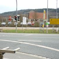 Bahnhof im Hintergrund; Richtungsangabe auf Hinweisschild. Die folgenden drei Aufnahmen stammen von grandstar von einer Sensormessung an dieser Stelle in gleicher Richtung.