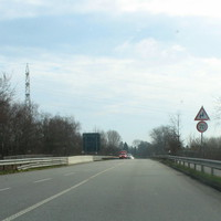 Anfahransicht auf der B 432 von der Autobahn kommend, ab hier Tempo 70 mit Hinweis auf Kurve ...