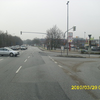 hier die Anfahrtsrichtung von der A1 kommend. Heute steht mal der Opel Astra & fotografiert. Auf dem Rückweg von meinem 5-minütigen Tankstellenbesuch hat er den Standort gewechselt.