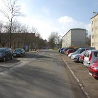 Anfahrtsansicht Richtung Ärztehaus/Wittenburger Straße. Diese Messstelle geht absolut in Ordnung. Bushaltestelle und Fußgängerampel, dazu schmale Straße und viele Fußgänger.