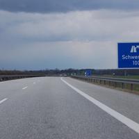 """Anfahrt: Die letzten Sommer endete die Autobahn hier noch an der Abfahrt Schwerin-Nord. Mittlerweile wurde das A14-Teilstück bis Jesendorf freigegeben. Allerdings zu früh, denn die notdürftig aufgetragene Fahrbahnmarkierung verschwand sofort wieder. Das war allen bewusst und deshalb wurden hier von vornherein 100km/h-Schilder aufgestellt. Vorher hingewiesen wird auf diese """"Gefahr"""" allerdings nicht."""