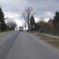 Anfahrt. Hier stehen ab und zu Fahrzeuge am Straßenrand, am Wochenende ist es häufig das Ordnungsamt :)