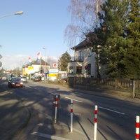 Anbei ein Foto aufgenommen gegenüber. Der Sensor steht in der Einfahrt neben dem Straßenschild, eine Einfahrt weiter dann der weinrote Blitzerbus plus die ESO-Kamera. Es wurden viele geblitzt, da direkt nach der Stelle die Straße 2-spurig wird.