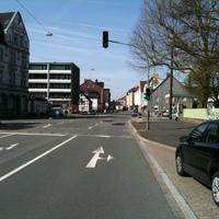 Das Messfahrzeug steht rechts in der Straße (blauer Opel Astra Kombi).