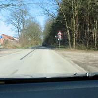 """Anfahrsbild von der Strasse """"Bei den Schießständen"""" und siehe da im Grünen steht ein Blitzer mit der niedergeknieten Zoom-Kamera ..."""