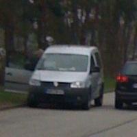 und hier kommt die Ablösung. Der schwarze Opel Vectra Kombi mit NMS-Kennzeichen der Verkehrsüberwachung SH. Der silberne VW Caddy mit dem amtl.Kennz.: NMS-MN 47 ist das Messfahrzeug.Ob der alte Vito ausgedient hat?!