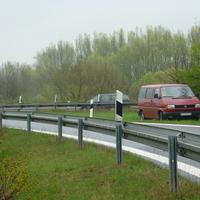 gut zu erkennen: Messbus für ankommende Fahrzeuge nicht sichtbar hinter dem üppigen Buschwerk versteckt; Einseitensensor unterhalb der Leitplanke