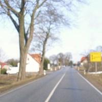 hier die Anfahrtsansicht von der A20 kommend am Tage aufgenommen.Sorry für die Unschärfe.