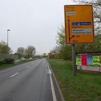 Anfahrtsansicht, unmittelbar hinter dem 50-Schild. Vorher gilt, wie überall auf der Umgehungsstraße in Schwerin, 70. Hier rechts an der Mauer steht gern die Polizei mit der µP80.