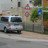 Da steht der VW-Messbus die Zoomkamera unten am Heck und sogar mit Plastikregenschirm versehen. Das ist neu und sehr interessant. Die Messleute machen sich schon Gedanken, wie sie bei Regenwetter gute Resultate erreichen!