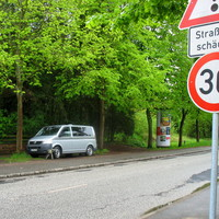 30 Km /h wegen der Straßenschäden. Der ES 3.0 steht bei der Litfaßsäule, so dass er aus Rtg. Lübeck erst spät sichtbar wird.