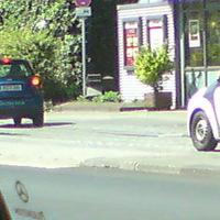 Zwischen Kiosk und Straßenschild (Halteverbot) steht der Laser-Blitzer