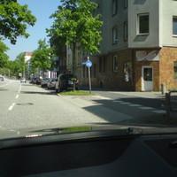 Blitzer aus dem Kofferraum eines grauen VW Passat Kombi in einer Parkreihe. Hier: 2. Auto von vorne, hinter dem schwarzen Van.