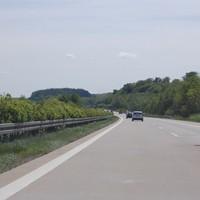Anfahrt. Die Brücke liegt hinter einer Kurve, durch das Landschaftsprofil im Hintergrund ist die Kamera auf der Brücke sehr spät zu sehen, die anderen beiden Kameras an den Brückenpfeilern sowieso.
