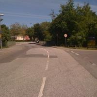 """hier die Anfahrtsrichtung von der Seelandstrasse kommend.Rechts rein gehts in die Straße """"Möllerung""""-dort befinden sich u.a. ein famila-Markt. Ab dem Schild gelten dann 30km/h."""