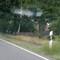 Messgerät vor einem weißen Schild. Ganz rechts sieht man das dazugehörige Fahrzeug(aber nicht von der Straße aus).  Messbeginn 16.00