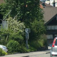 Das Messgerät ist von Herisau Richtung Waldstatt/Appenzell erst sehr spät nach einer Rechtskurve ersichtlich. Das Foto zeigt die Situation aus der Gegenrichtung.