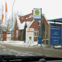 """Geninerstrasse stadtauswärts an der Bushaltestelle """"Walkmühlenweg."""