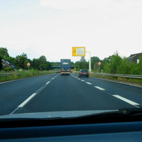 Hier wegen momentanen Brückenbauarbeiten nur Tempo 50 für alle Kraftfahrzeuge ...