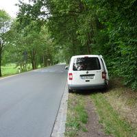 rechts hinter dem Messfahrzeug führt ein Schleichweg lang, den die Kinder benutzen um zur Bushaltestelle oder über die Straße zu kommen!