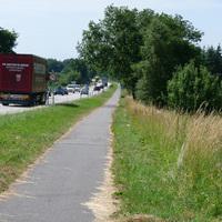 B 404 Kreuzung Moorsee (Ampel) Richtung Bad Segeberg nach ca. 200m zweigt nach rechts ein zweiter Weg ab. Hier waren die Geräte aufgebaut und im Seitenweg - schlecht sichtbar der Meßwagen (grauer VW KI-LH2279
