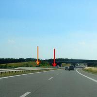 """Blick aus der Gegenrichtung. Beim Pfeil der Messbus und das """"Blitzgeschirr"""" am Ende der Wildbrücke."""