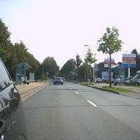"""Ergänung: Anfahrt. Links ist das neue Krankenhaus, rechts der """"Einkaufspark"""". Hinter beidem sieht man im Hintergrund die beginnende Geschwindigkeitsreduzierung. (30)  Von da an achtsam sein!"""