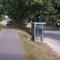 auf dem Radweg steht dann das Messfahrzeug. Ein blauer VW Caddy HWI - VE 80