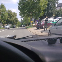 Da war wohl einer zu schnell... Das grün/weiße Fahrzeug ist ein altes Polizeifahrzeug, was da bei einem Autohändler zum Verkauf steht. Das Fahrzeug dieser Polizisten steht weiter rechts in der Einfahrt und ist nicht zu sehen.