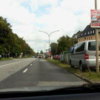 Der VW T5 in der Reihe geparkter Kfz in Rtg. Bad Schwartau ...