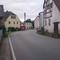 Wir befinden uns in der Ortschaftslage Krögis, hier ist aufgrund der engen Straßenverhältnisse und fehlender Fußwege die Geschwindigkeit auf 30km/h herabgestuft