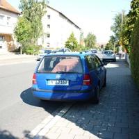 anlage zugedeckt wagen steht halb am gehweg und eingeschränkes parkverbot - frechheit