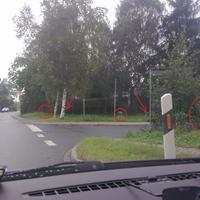 Von links nach rechts: Im Kreis der Blitz stadteinwärts, daneben beim Pfeil hinter dem Baum die dazugehörige Kamera versteckt. Im Kreis der ES 3.0. Beim rechten Pfeil der Blitz für das Foto stadtauswärts, im Kreis die Kamera. Das Messfahrzeug war rechts in der Straße geparkt.