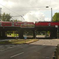 hinter der Eisenbahnbrücke: noch 300m