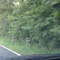 Hier zu erkennen im Gebüsch auf der rechten Seite die Kamera und der Blitzer. Ein Stück vorher gar nicht wirklich zu sehen ist die Lichtschranke im Gebüsch