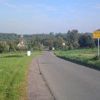 wir befinden uns auf dem Altenhainer Weg...eine Art ausgebauter Feldweg, der von Ortskundigen AUtofahrern gern als Abkürzung benutzt wird
