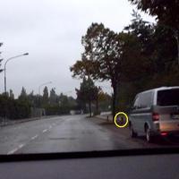 Der Messbus in der Parkbucht, davor der ES 3.0 Sensor und im markierten Kreis die Digitalkamera...