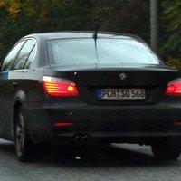 5er BMW der PI Schwerin, anthrazitfarben, auffällige Heckantenne