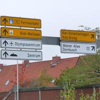 Unmittelbar unter diesen Richtungsschildern war die Anlage aufgebaut. Messung in Richtung Kiel-Innenstadt