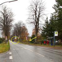 """Anfahrtansicht von Lübeck-Hubertus Rtg. Ratzeburg. Gelber Pfeil zeigt den versteckten Standort des Messbus RZ-MZ 456 und im  Kreis ist die """"Gefahrenstelle"""" markiert..."""