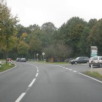 """Das """"Messfahrzeug"""" war an dem Tag ein dunkler Opel Kombi, SFA DH 647. Dieser steht neben der Kamera auf der Parallelstraße. Gemessen wurde bis 15.40."""