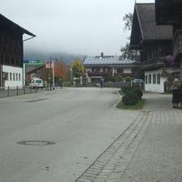 Blitzer steht kurz nach der OMV-Tankstelle in Fahrtrichtung Oberau aus GAP kommend. Hier kurz vor der OMV-Tanke.