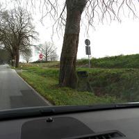 Deutlich ist die Auffahrt bzw. Abfahrt durch das STOP-Schild zu erkennen. Immer wieder wird an diesem Baumstamm gemessen...Gelb markiert die Funkantenne zum Mess-Pkw...