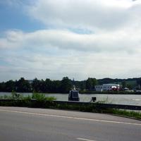 Blick auf die Kamera und den Blitz für die Fahrzeuge in Fahrtrichtung Passau. Im Hintergrund ist die Donau zu sehen, die der Haupttouristenmagnet in der Region ist.