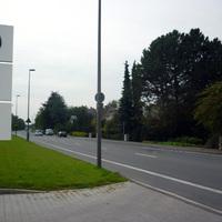 Ein T4 Bus stand im weiteren Straßenverlauf (die Straße heißt hier bereits Hohefeldweg). Über Funk wurden dann die Übertretungen an den Polizeibus weitergegeben, der dann die Sofortkasse übernehmen konnte. Durch die Einmündung zur Soester Straße konnte man sich jedoch der Fahreridentifizierung legal entziehen.