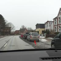 Der silberne Opel-Zafira immer noch mit Kennzeichen RZ-H 627 und PoliScanSpeed im Heckfenster...