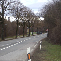 Anfahrt aus Richtung Gilching. Da,wo der blaue Kleintransporter heraus kommt, geht es zu dem Parkplatz,wo der silberne T 4 der Münchner Polizei stand.