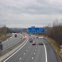 Aktionsbild; 6 Fahrzeuge mit äußerst kurzem Abstand in der mittleren Spur -> Unfallgefahr!